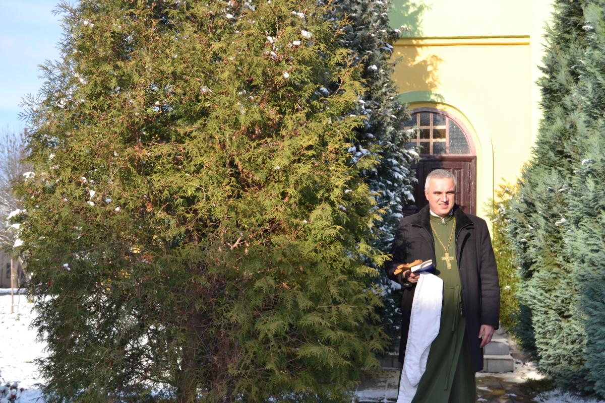 о. Михайло біля каплиці